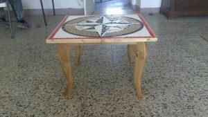 Tavolino con struttura in legno